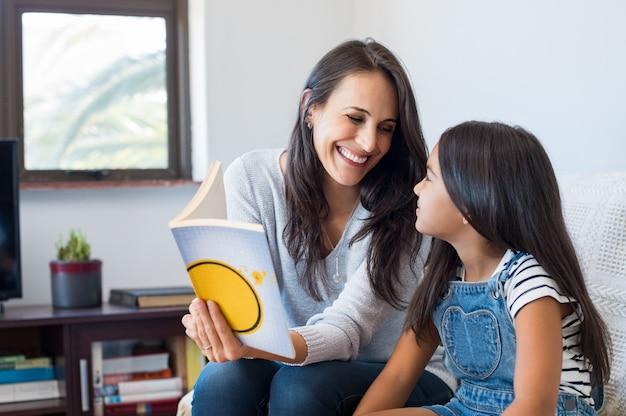 子供に読書する母親