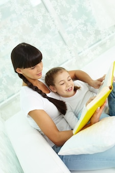 Mother reading with her daughter Free Photo