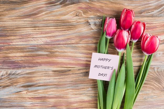 День матери фон с картой и красивыми тюльпанами