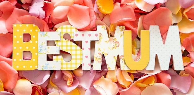 День матери фон с буквами и розами. понятие о празднике и женщине. концепция дня весны и матери.