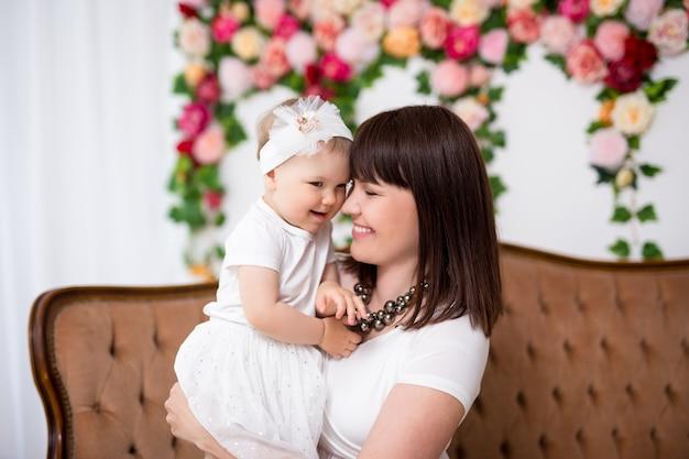 Концепция дня матери - портрет счастливой красивой матери с милой маленькой дочкой