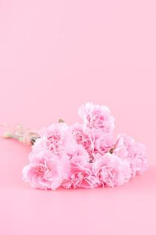 핑크 카네이션 꽃 부케와 어머니의 날 선물 디자인 컨셉