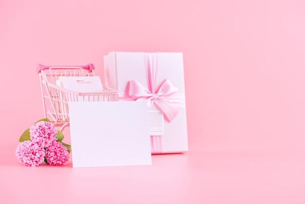 ピンクのカーネーションと母の日のホリデーギフトのデザインコンセプト。