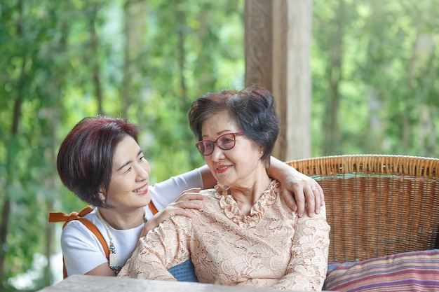母の日は家族の母親を称えるお祝いです