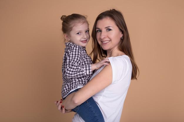 День матери. мать и дочь веселятся