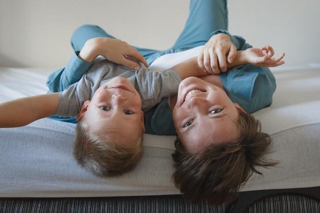 어머니의 날. 어머니의 사랑. 행복 한 여자와 소년 파란색 천으로 포옹. . 복사 공간. 아들과의 게임