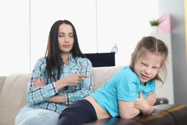 집에서 장난 꾸 러 기 어린 소녀를 꾸중하는 어머니