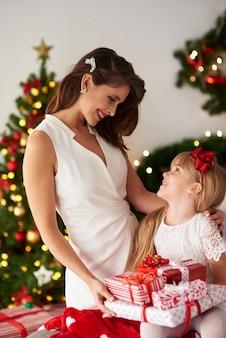 Madre che condivide con i regali della figlia