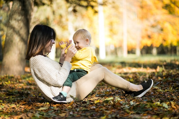 Madre e figlio nel parco d'autunno