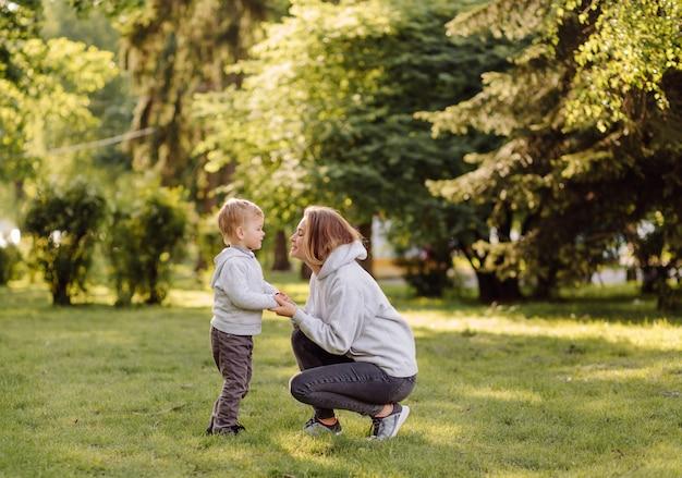 Madre e figlio hanno attività insieme durante le vacanze