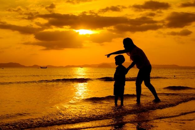 Una madre e un figlio all'aperto al tramonto con spazio di copia