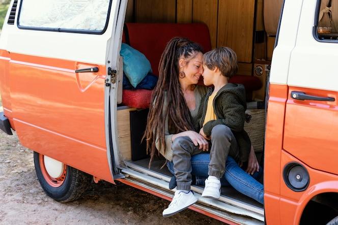 坐在汽车的母亲和儿子