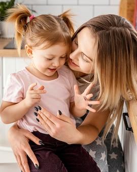 家で娘と一緒に過ごすお母さん