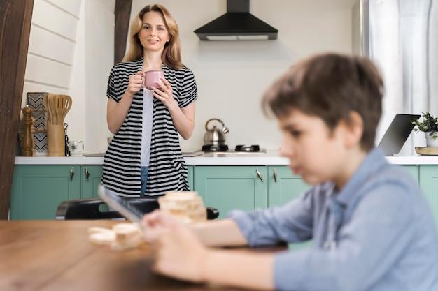 Мать присматривает за сыном дома