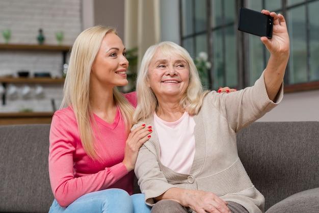 어머니는 그녀의 딸과 함께 selfie를 복용