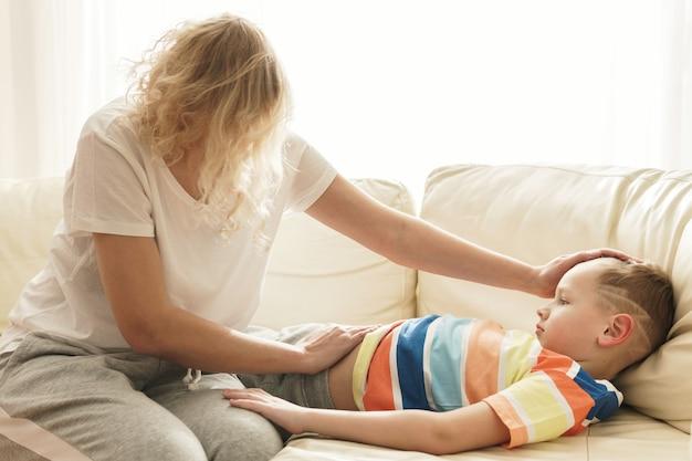 돌보는 어머니와 그녀의 아픈 아들을 지원