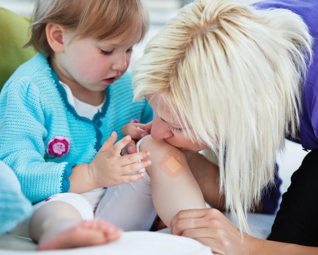 Мать заботится о своем маленьком ребенке