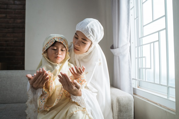 Mother teach her daughter to pray