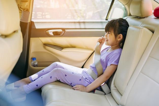 어머니는 아이가 8-12세 사이일 때 차에서 일반 안전 벨트를 착용하도록 가르칩니다.