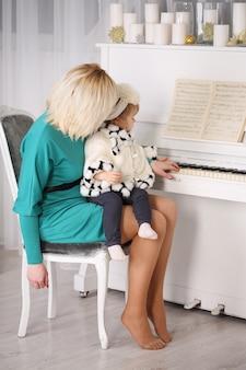 피아노 연주를 그녀의 딸을 가르치는 어머니