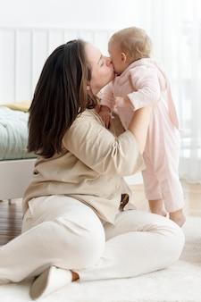 Mamma e bambino che giocano insieme