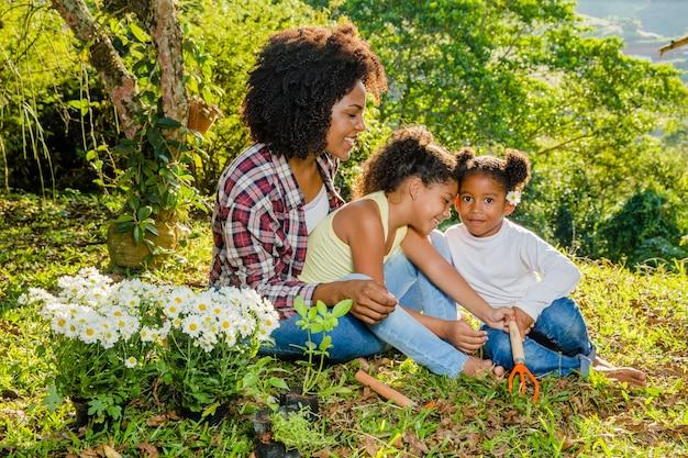 Madre insieme alle sue due figlie