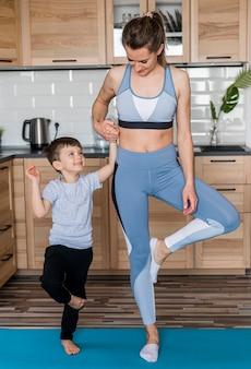 Мать тренируется вместе с сыном дома