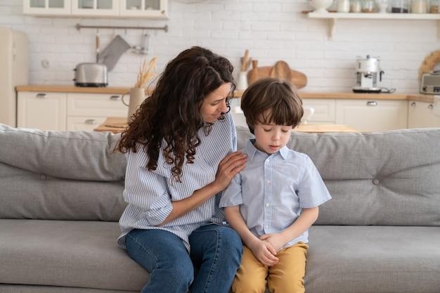 Мать пытается отвлечь расстроенного ребенка
