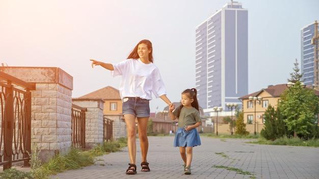 어머니는 제방을 따라 한국 어린 소녀와 산책