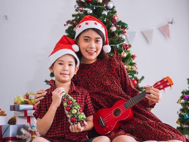 Мать играла на гитаре на рождество с мальчиком