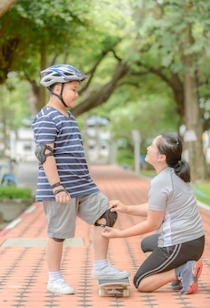 Mother wear knee protection to his son
