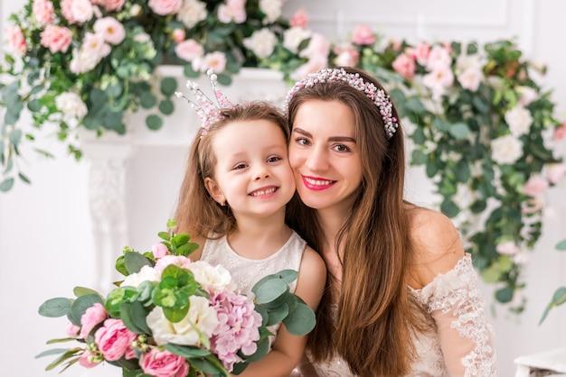 Мама с милой дочкой в элегантных платьях