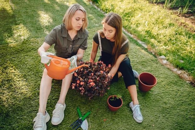 娘を持つ母は家の近くの庭で働いています