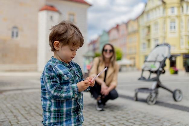 Мать с маленьким мальчиком в центре старого города