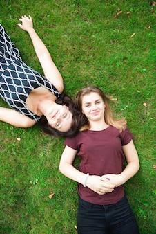 一緒に公園で大人の娘と母