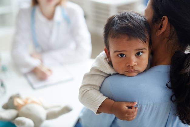 病院で赤ちゃんを持つ母親