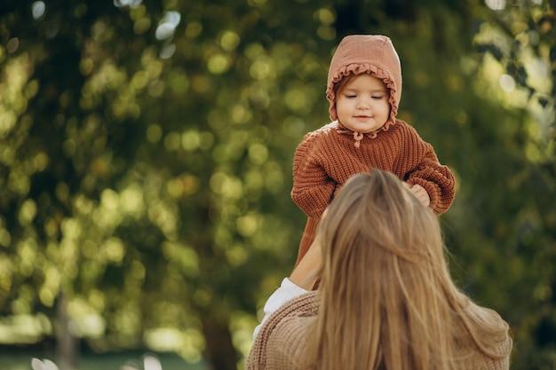 公園で一緒に赤ん坊の娘と母