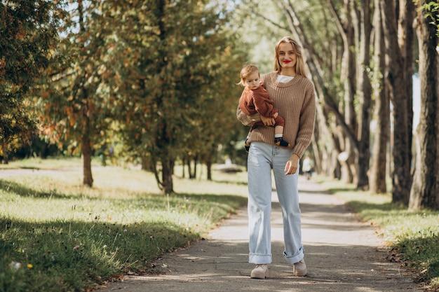 Madre con la figlia insieme nel parco