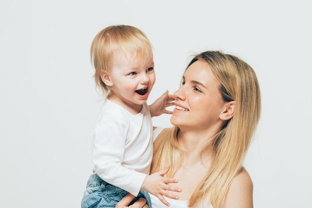 Мать с младенцем портрет ребенка женщина со светлыми волосами и поцелуй дочери