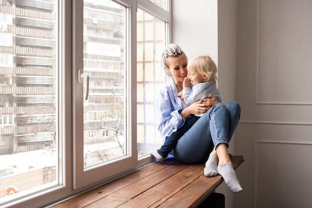 창이에 앉아 놀고 아기와 엄마