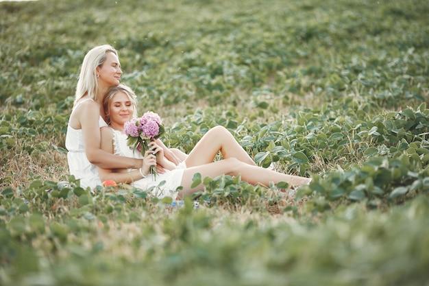 秋のフィールドで美しい娘を持つ母