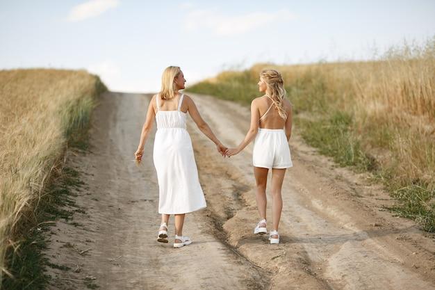 가 필드에서 아름 다운 딸과 어머니