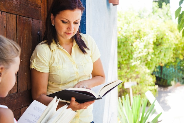 子供と本を持つ母