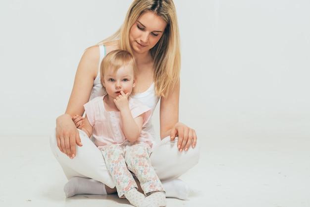 Мать с ребенком ребенок портрет сидя пол студия