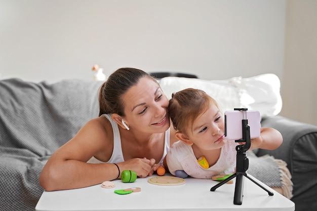 オンラインビデオをストリーミングする子供を持つ母親