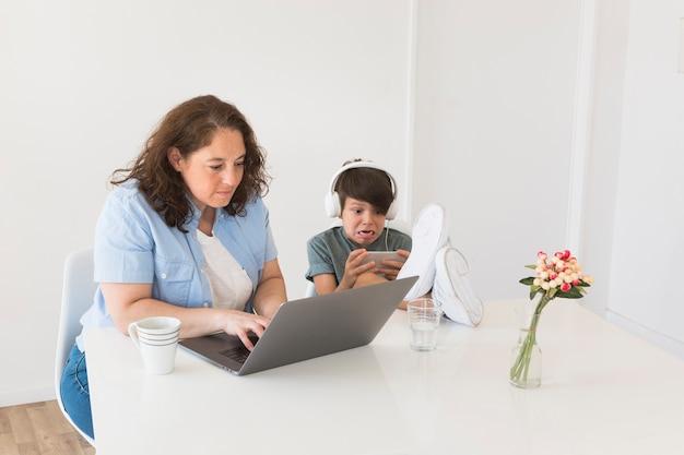 Мать с ребенком работает на ноутбуке