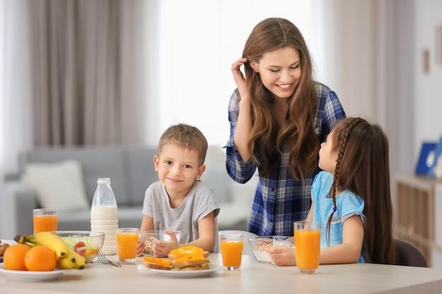 부엌에서 아침을 먹고 아이들과 어머니