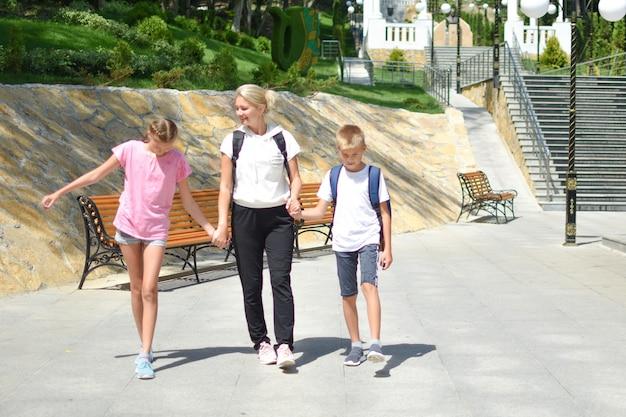 Мама с детьми гуляет в парке