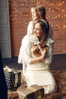 창 근처 집에서 귀여운 딸과 어머니