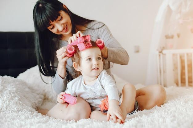 Мать с милой дочерью